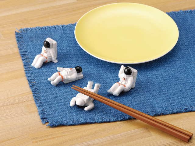 A chopstick rest brings happiness to your meals.